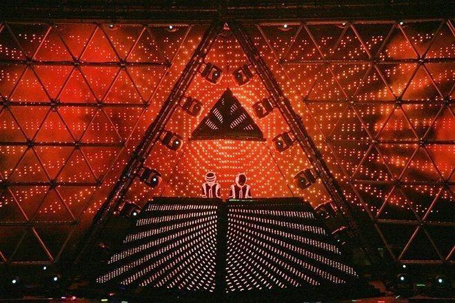 Daft Punk tribute bend gradi ikonsku piramida pozornicu