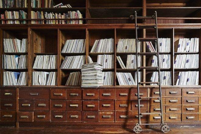 Zavirite u kolekciju ploča Frankie Knucklesa