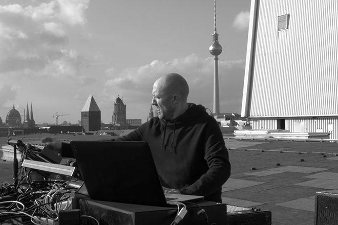 Pogledajte nastup Paul Kalkbrennera na krovu Kraftwerk Berlina u 'Part 8'