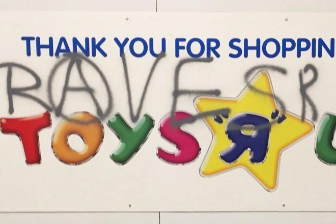 Policija je prekinula ilegalni rave u trgovini igračaka!