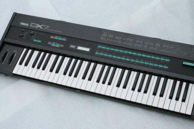 """Saznajte kako je Yamaha DX7 postao """"the"""" sintisajzer 80-ih"""