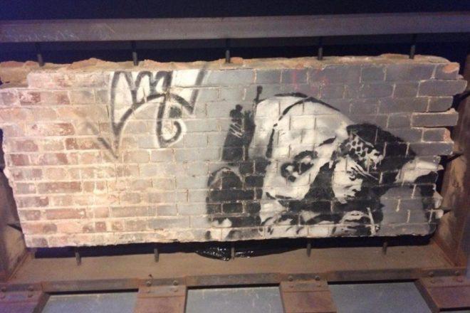 Obnovljen Banksyev mural 'Snorting copper'